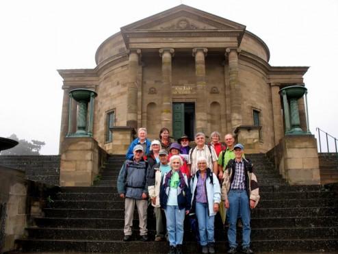 2016.09.18. Wandergruppe vor der Grabkapelle web
